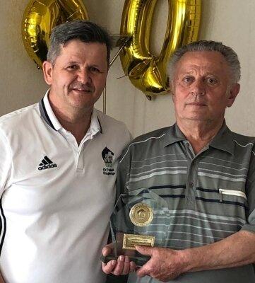Zu seinem 80. Geburtstag wurde Hansjörg Fritzsch zum Ehrenmitglied des Kreisverbandes Fußball ernannt. Geschäftsführer Jens Breidel überbrachte die Glückwünsche.