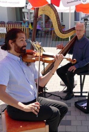 Coronabedingt haben die Musikerinnen und Musiker der Erzgebirgischen Philharmonie über viele Monate nur Konzerte in ganz kleinem Rahmen geben können - wie hier Dirk Bores (links) mit seiner Violine und Friedhelm Peters mit seiner Harfe in Drebach. In dieser Woche nun starten wieder alle gemeinsam die diesjährige Reihe der Sommerkonzerte.