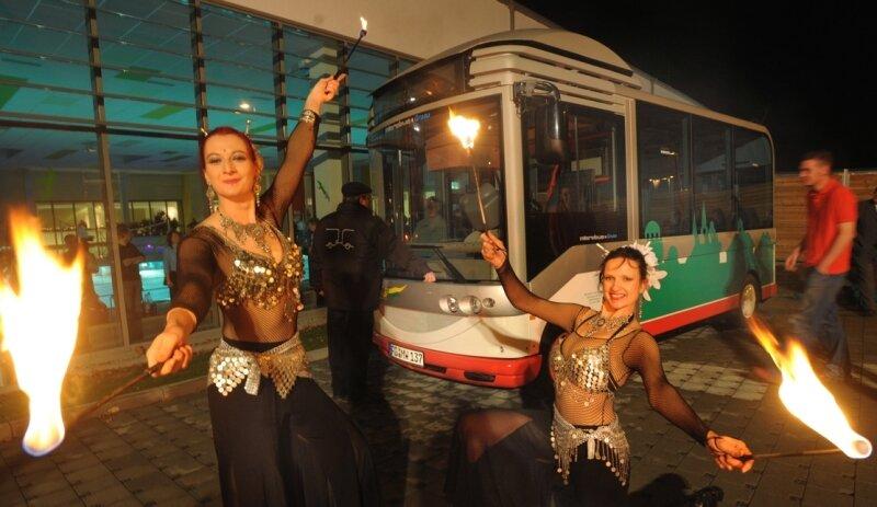 Mit einer Feuershow haben Silva Sabine Ludwig (li.) und Flora Katrin Stenzel von den Les Fuegas den neuen Stadtbus von Burgstädt enthüllt.