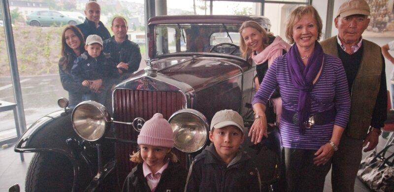 August Horchs Enkel, Urenkel, Ururenkel - und in der Mitte ein echter Horch, Baujahr 1932.