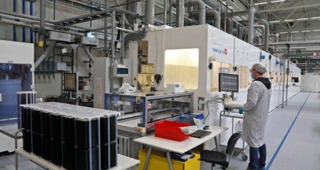 Links im Bild: Die Silizium-Wafer vor Beginn der Produktion.