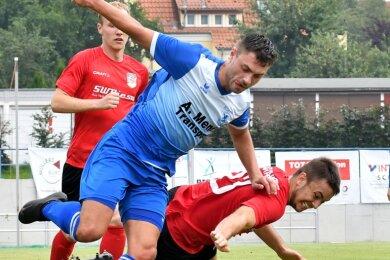 Die Fußballer von Germania Mittweida suchen noch nach dem Rhythmus für die Saison. Am Samstag steht für die Kicker um den dribbelstarken Felix Ebert (l.) das zweite Heimspiel auf dem Programm.