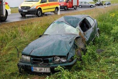 Nach ersten Informationen war der in Richtung Erlau fahrende BMW nach einer Linkskurve nach rechts von der Straße abgekommen.
