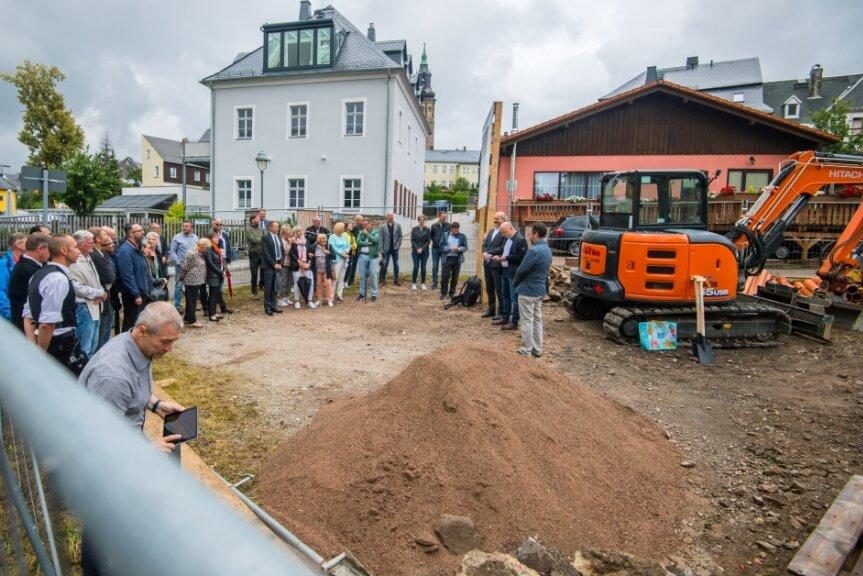 Mit vielen Gästen wurde der Baubeginn für den Wiederaufbau des denkmalgeschützten Wohnhauses aus Jöhstadt in der Langgasse 9 in Schneeberg diese Woche begangen.