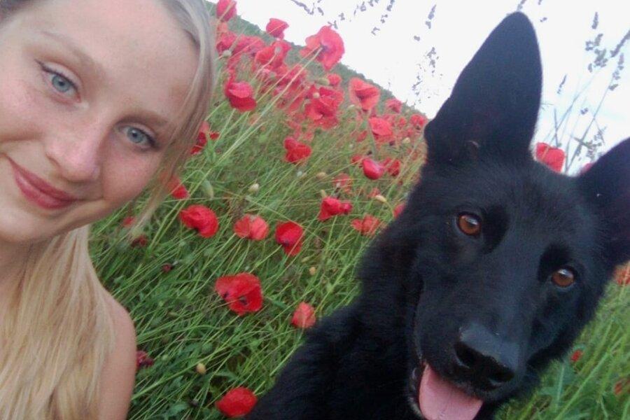 Maria Hasche mit Schäferhundmix Emma.