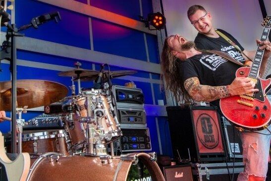 """Die Band G.Rockt bei ihrem Auftritt im vorigen Jahr auf der Bühne vor dem Gartenlokal """"Zum Rosenheim"""" in Flöha."""