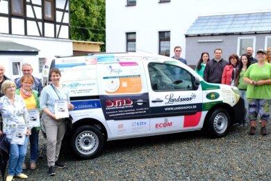 Das neue Auto, Vertreter der Sponsoren und Tierheimchefin Andrea Thomas (rechts vorn).