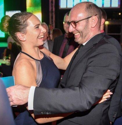 Moderator Marc Huster gratuliert Turnerin Sophie Scheder um Mitternacht zu ihrem 21. Geburtstag.