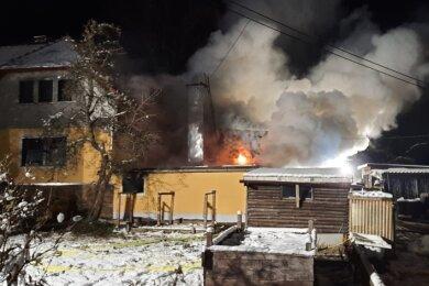 Das Nebengelass eines Wohnhauses am Reichenbacher Grenzweg brennt am Freitagabend lichterloh.