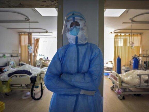 Ein medizinischer Mitarbeiter ruht sich in einem Krankenhaus in Wuhan aus.