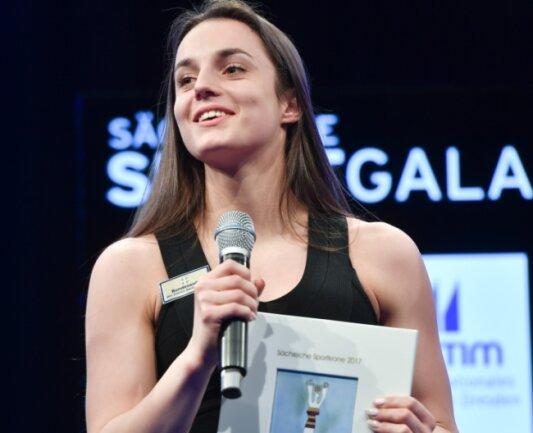 Turnweltmeisterin Pauline Schäfer präsentiert die Siegerkrone aus Meißner Porzellan. Sie gewann mit großem Vorsprung bei den Damen vor Kanutin Tina Dietze und Sprinterin Rebekka Haase. Die 21-jährige Schwebebalken-Weltmeisterin bekam 39,8 Prozent aller Stimmen.