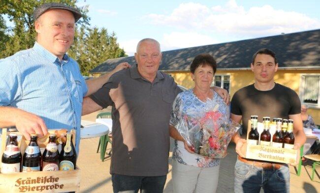 Der Leubnitzer Vereinschef Heiko Mergner bedankt sich bei Gunter Schmidt, der stellvertretend für seinen Sohn Carsten nach vorn gerufen wurde, Karin Jurich und Stefan Bäse (von links) für ihren Einsatz.