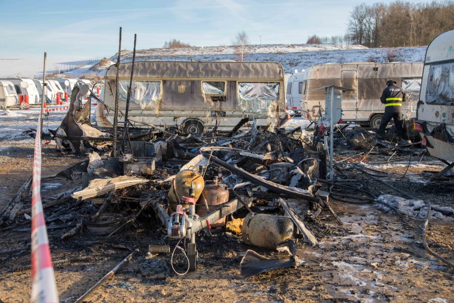 Mehrere Wohnwagen in Lichtenberg in Flammen - 100.000 Euro Schaden