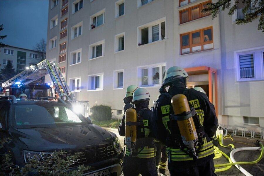 Ein Großaufgebot an Rettungskräften war am Abend des 2. Mai wegen eines Brandes in einem Wohnblock an der Maxim-Gorki-Straße in Freiberg im Einsatz. Feuerwehrleute löschten den Brand und brachten die 22 Bewohner in Sicherheit. Foto: Marcel Schlenkrich
