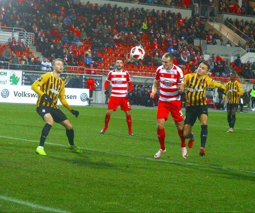 Julius Reinhardt vom FSV Zwickau köpft zum 1:0 ein.