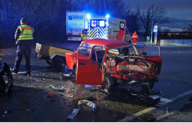 Der 30-jährige Trabi-Fahrer, seine sechsjährige Tochter und der 55-jährige Beifahrer des VW erlitten schwere Verletzungen.
