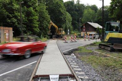 Nach Bauarbeiten im Gleisbereich ist der Bahnübergang am Ortseingang von Antonsthal wieder passierbar, zeitweise gab es noch eine Ampelregelung. Arbeiten im Straßenrandbereich stehen hier aber noch aus.