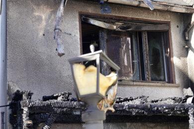 Ein Haus wurde durch das Feuer in Mittleidenschaft gezogen.