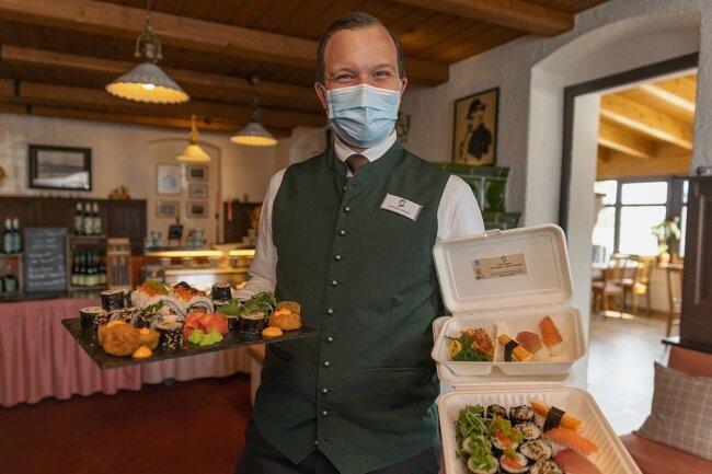 Christian Stöckel zeigt eine Auswahl der verschiedenen Sushi-Angebote. Futo Maki ist mit drei oder mehr Zutaten gefüllt, Hoso Maki mit nur zwei.