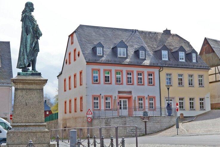 In diesem Frühjahr hat die Stadt Hartenstein den Ratskeller (Bildmitte) erworben. Sobald ein Pächter gefunden ist, will die Kommune in das seit Jahren geschlossene Lokal im Erdgeschoss investieren.