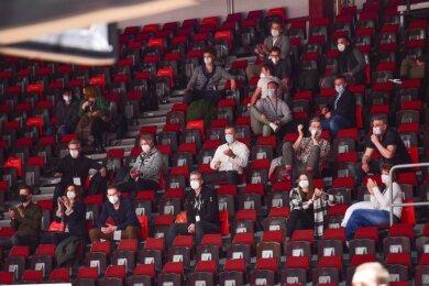 70 Zuschauer durften am Mittwochabend in der Messe das Bundesligaspiel zwischen den Niners und Braunschweig verfolgen. Es handelte sich um vom Verein ausgewählte Vertreter aus Sport und Wirtschaft.