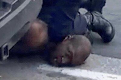 """Dieses Bild, das Millionen von Amerikanern im Kopf haben, entstand am 25. Mai 2020. Neun Minuten lang presste der weiße Polizeibeamte Derek Chauvin den mit Handfesseln fixierten Afroamerikaner George Floyd gegen den Asphalt, obwohl dieser immer wieder """"I can't breathe"""" (Ich kann nicht atmen) stöhnte und schließlich das Bewusstsein verlor. Erst als die Rettungssanitäter eintrafen, ließ Chauvin von dem Regungslosen ab, der kurze Zeit später starb."""