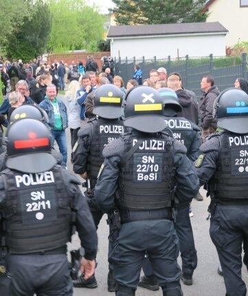 In der Breiten Straße stoppte die Polizei nach etwa einer Viertelstunde den Montagsspaziergang durch Zwönitz. Die Beamten hatten eine Barriere gebildet, um die Personalien der Teilnehmer aufzunehmen.