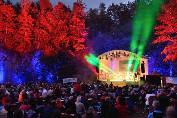 19. Juni: Die Performance zum Stein am Rochlitzer Berg stellt in diesem Jahr die Musik von Pink Floyd in den Mittelpunkt. Wie immer wird es ein eindrucksvolles Spektakel für Ohren und Augen.