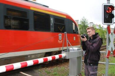 Thomes Nötzold fotografiert gern Züge, hier in Hohenfichte. Der junge Mann macht eine Ausbildung zum Lokführer.