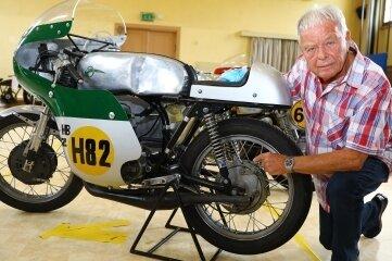 Dietmar Graupner zeigt Teile seiner MZ-HB 250.