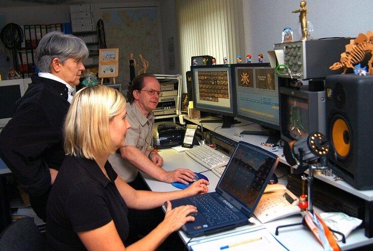 Letzte Besprechung im Studio: Autorin Sabine Barth (vorn) und Produzent Oliver Kaufmann mit Elfi Schmidt, Redakteurin des MDR.