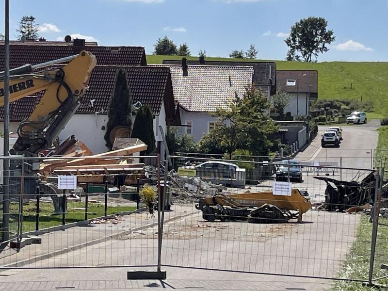 Zwischen der Explosion einer Doppelhaushälfte in Bayern am Donnerstag und einem Brand in einer leerstehenden Wohnung in Sachsen vermuten die Ermittler einen Zusammenhang.