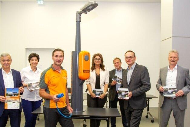 Im Landratsamt des Vogtlandkreises wurden am Montag Muster für Ladestationen für E-Autos an Straßenlampen vorgestellt.