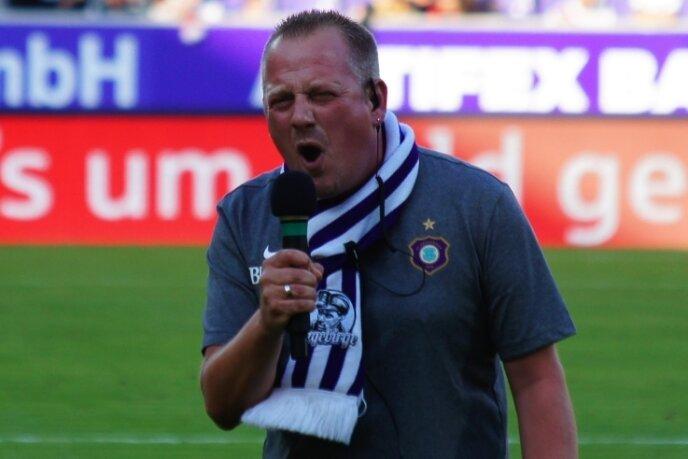 Stimmgewaltig: Stadionsprecher Mario Dörfler gibt auf dem Rasen vor den Heimspielen des FC Erzgebirge Aue alles, wenn er Zuschauer und Fans auf die Partien einschwört.