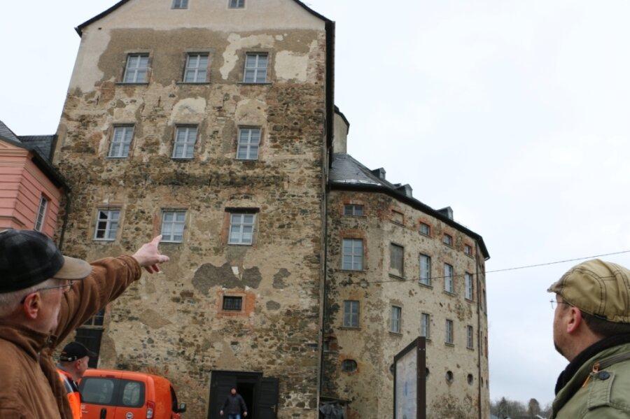 Das Dach des Mühltroffer Schloss ist undicht. Hartmut Götz (links) und Mario Taubner-Wude vom Schlossförderverein Mühltroff zeigen, wo das Gemäuer feucht und das Dach undicht ist.