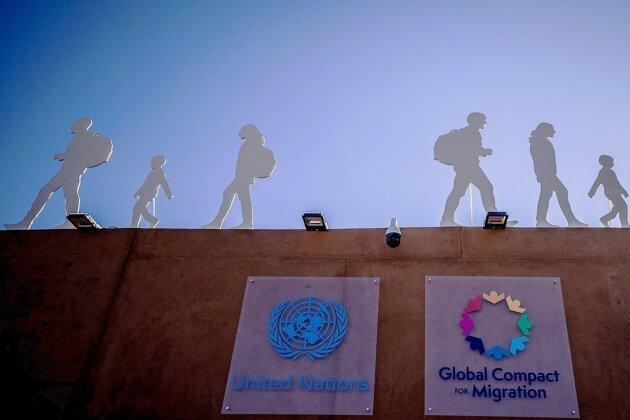 Pakt für 285 Millionen Menschen: Der Aufsteller mit Silhouetten von Migranten weist auf die UN-Konferenz in Marrakesch hin.