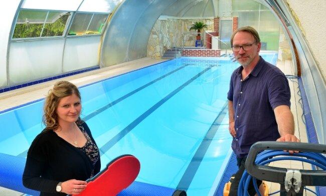 Anja und Lutz Hoffmann öffnen in der nächsten Woche ihre Schwimmschule in Sachsenburg.