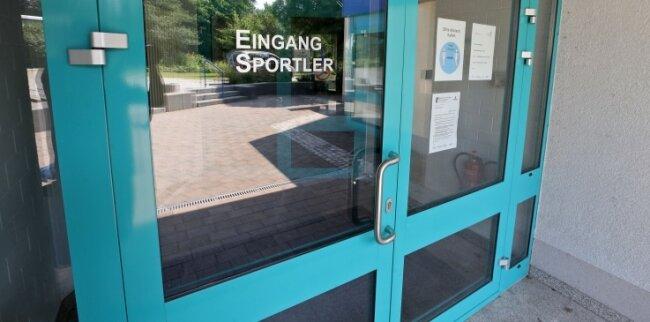 Durch diesen Eingang könnte ein Dieb in das Hot-Sportzentrum gelangt sein und Handballer während des Trainings bestohlen haben.