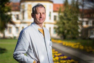 Sebastian Schellong (62) wurde in Gütersloh geboren und hat Medizin in Münster und Lübeck studiert. 1995 wechselte er ans Uniklinikum Dresden, wo er 2004 zum Gründungsdirektor des Gefäßzentrums gewählt und zum Professor berufen wurde. Seit 2008 ist er Chefarzt der II. Medizinischen Klinik des Städtischen Klinikums Dresden. Als Wissenschaftler forscht er unter anderem zur Diagnostik und Therapie von Thrombosen und Lungenembolien.