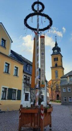 Die neuen Künstler haben Fenstervorlagen der Augustusburger auf Banner gedruckt und damit den Maibaum geschmückt.