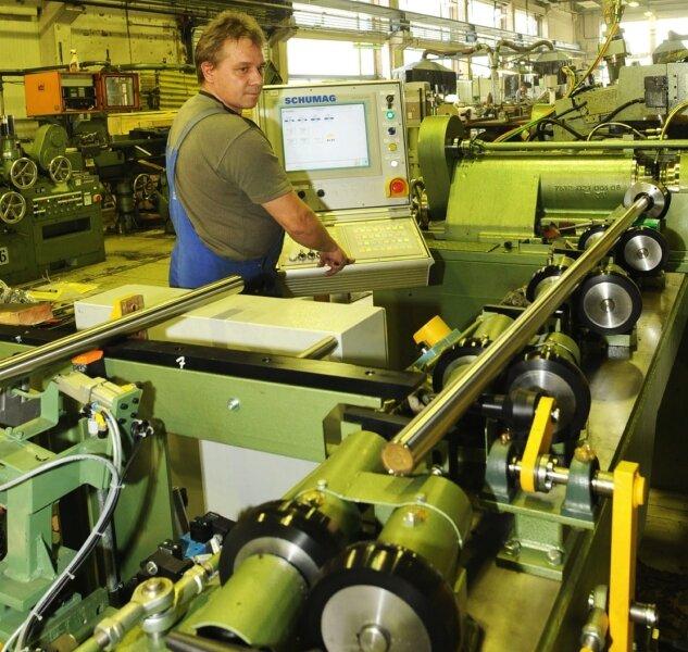 """<p class=""""artikelinhalt"""">An dieser Präzisionsschleifmaschine werden die Stab-Stahl-Drähte auf Passung geschliffen.</p>"""