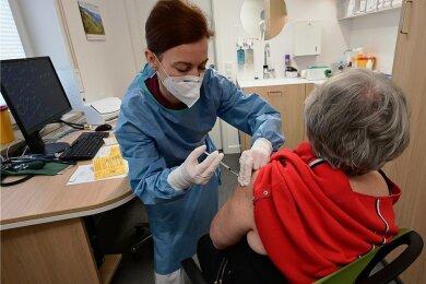 In der Hausarztpraxis von Dr. Anne Hensel in Euba ist das Impfen gegen das Coronavirus am Montag fortgesetzt wurden. Die Praxis nimmt am Pilotprojekt des Landes teil, bei dem das Impfen durch Hausärzte geprobt werden soll.