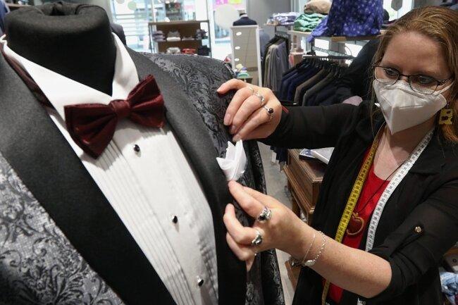 """Mit Stil in den Sommer: Verkäuferin Anika Lohse zeigt beim """"Fashion Day"""", wie ein Einstecktuch elegant das Jackett ergänzt."""