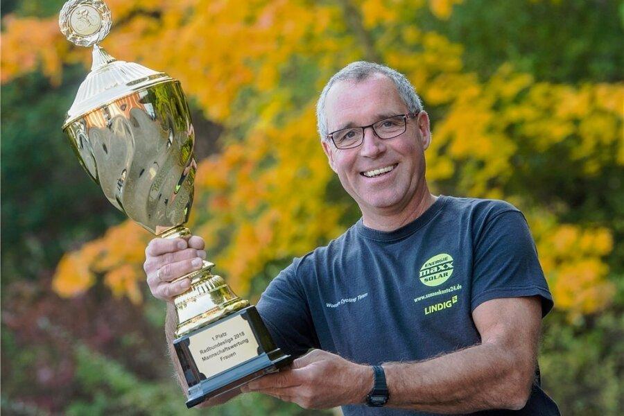 Der Chemnitzer Trainer Bert Dressel mit dem Siegerpokal, den die Maxx-Solar-Lindig-Frauenmannschaft in der Bundesliga erkämpfte.