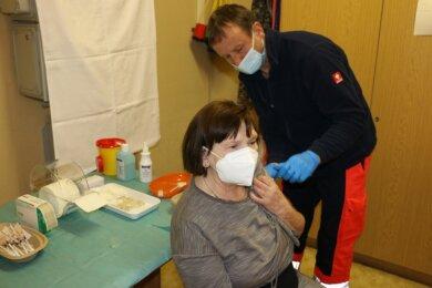 Regina Fischer aus Syrau gehört am Mittwoch zu den 150 Einwohnern aus Rosenbach, die sich in Mehltheuer impfen lassen. Sie ist froh, endlich die erste Spritze gegen den Coronavirus bekommen zu haben.