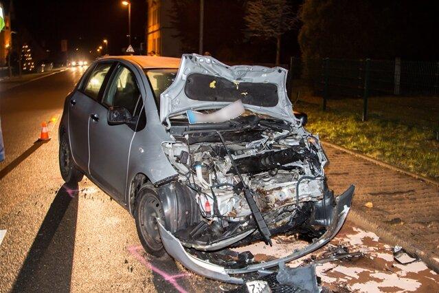 Fahrer kommt von Fahrbahn ab - drei Verletzte