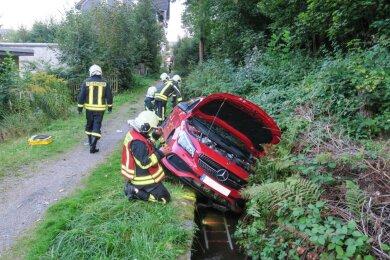 Der Mercedesfahrer fährt in den Bachgraben.