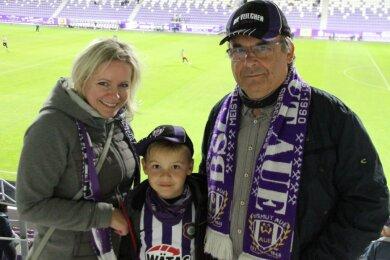 Endlich wieder Stadionluft schnuppern: Katrin Stützer und ihr Sohnemann Bastian gehörten mit Opa Harald zu den 999 Besuchern, die beim ersten Heimspiel des FCE Aue in der Saison 2020/21 zugelassen waren.