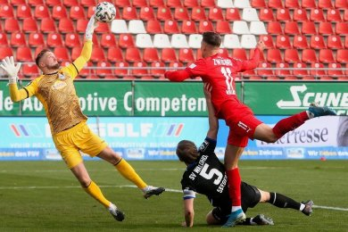 Mannheims Keeper Jan-Christoph Bartels wehrt den Kopfball von Zwickaus Stürmer Dustin Willms ab.