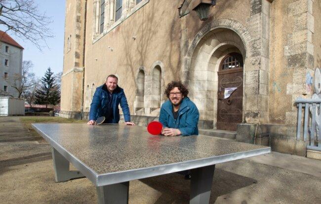 Freuen sich darauf, wenn der Startschuss für die Nutzung der neuen Tischtennisplatte vorm Markuskeller gegeben werden kann: Pfarrer Andreas Vödisch (links) und Benjamin Olsson, der Leiter des offenen Treffs.
